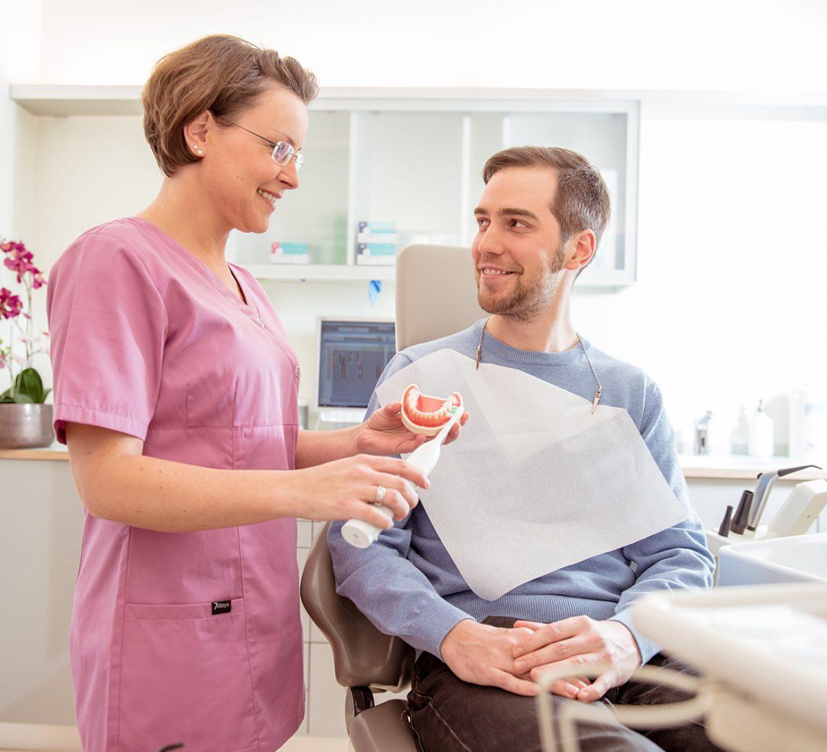 Zahnärztin und Patient - Zahnarztpraxis Sabine Quack, Berlin Friedrichshain