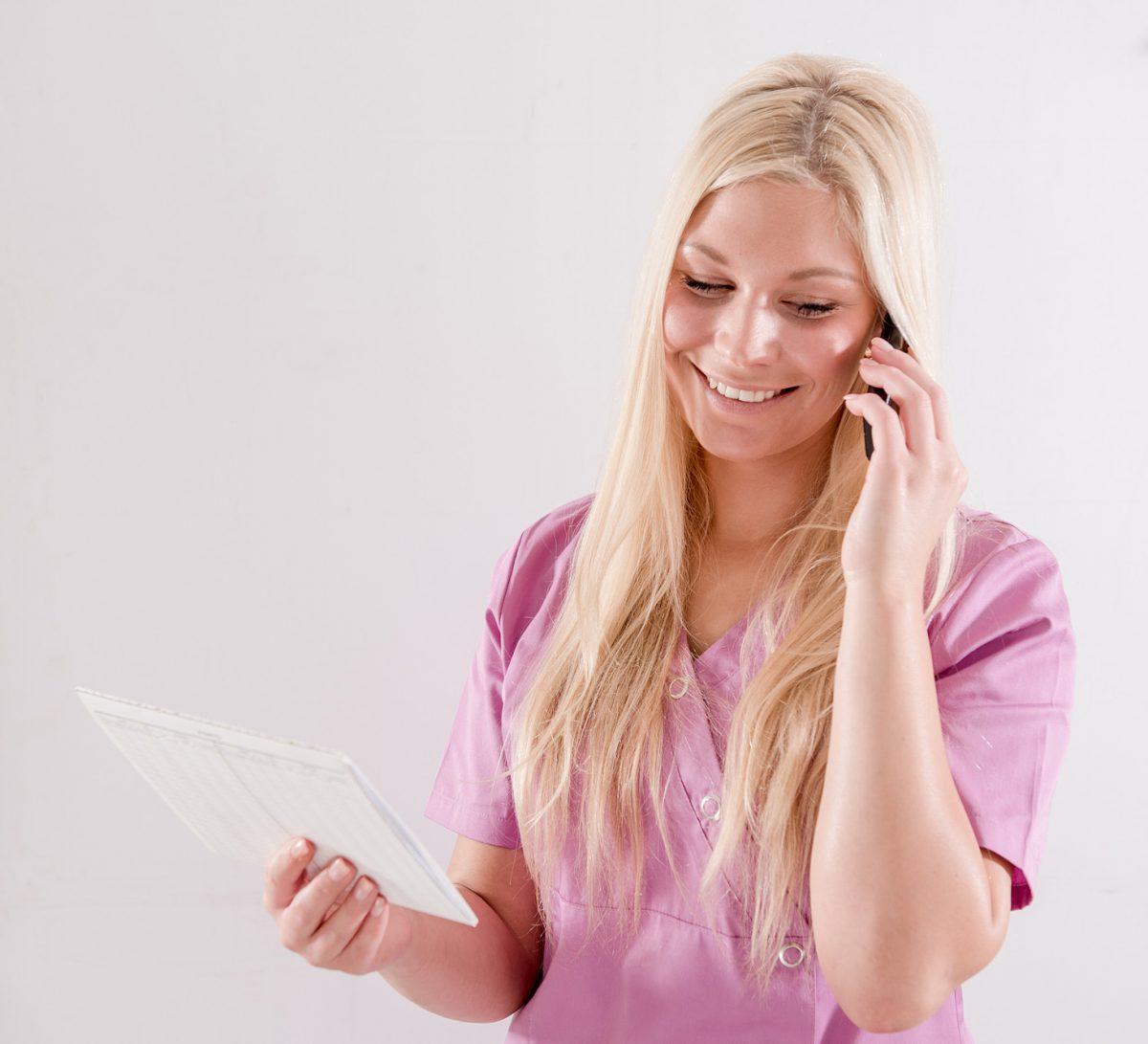 Mitarbeiterin am Telefon - Zahnarztpraxis Sabine Quack, Berlin Friedrichshain
